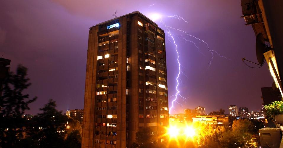 19.set.2012 - Raio atinge edifícios durante uma tempestade em Belgrado, na Sérvia
