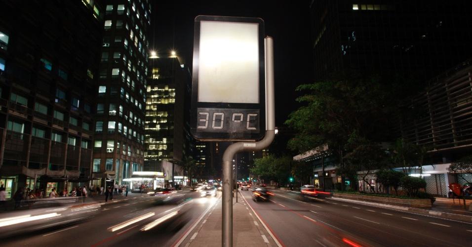 19.set.2012 - Termômetros da avenida Paulista, em São Paulo, marcam temperatura de 30°C na noite desta terça-feira (18)