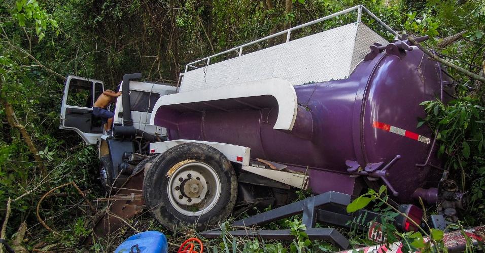 19.set.2012 - Um caminhão-pipa perdeu o freio e despencou de um barranco no morro da Lagoa da Conceição em Florianópolis (SC). Uma pessoa foi encaminhada para um hospital da região com ferimentos leves
