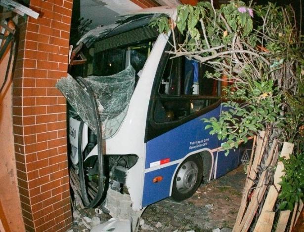 19.set.2012 - Um micro-ônibus atingiu uma casa no fim da noite desta terça-feira (18) e deixou três pessoas feridas na zona norte de São Paulo