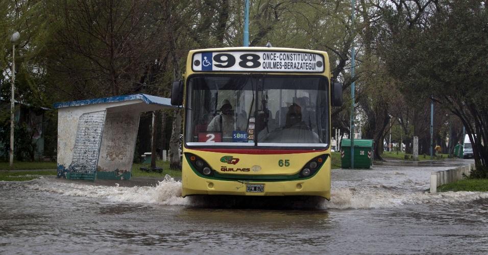 19.set.2012 - Um ônibus atravessa uma rua inundada pelo transbordamento do rio da Prata, após uma forte tempestade que atingiu a província de Quilmes, na Argentina. O fenômeno, que teve ventos de até 140 quilômetros por hora, atingiu a América do Sul, matando cinco pessoas no Paraguai e causando estragos na Argentina e no Uruguai