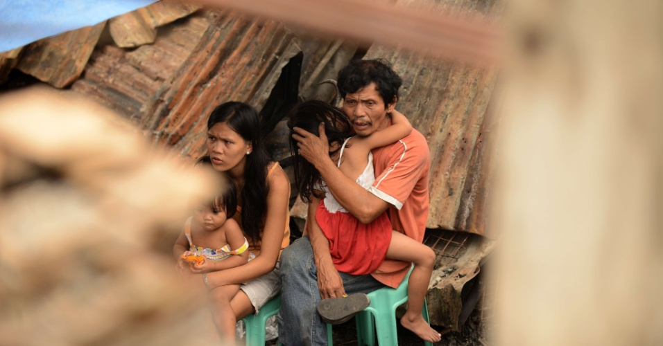 19.set.2012 - V&#237;timas de inc&#234;ndio em favela nas Filipinas 