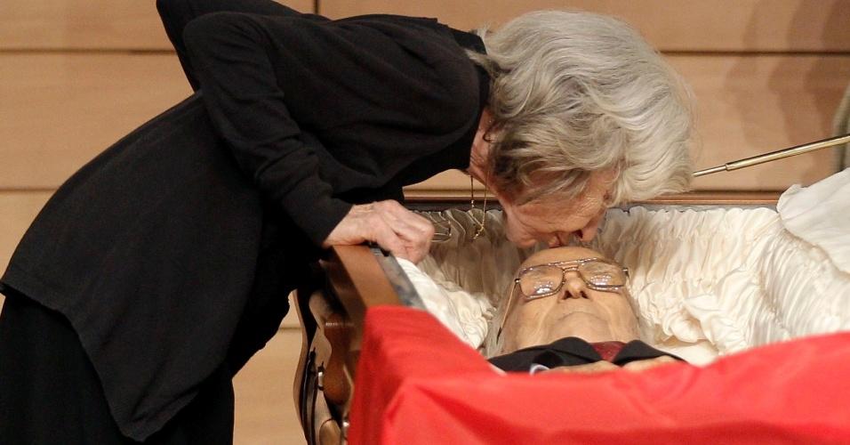 19.set.2012 - Viúva do líder comunista espanhol Santiago Carrillo beija marido em funeral
