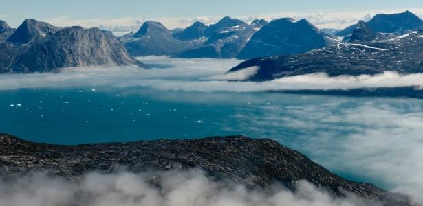 Icebergs em região montanhosa da Groenlândia, onde o derretimento do gelo está em ritmo acelerado