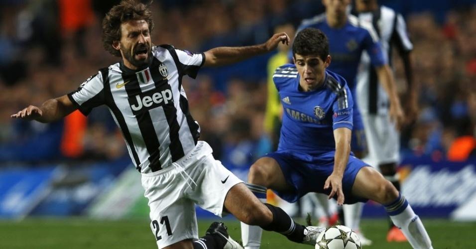 Andrea Pirlo, da Juventus, disputa bola com o brasileiro Oscar, do Chelsea, em jogo válido pela primeira rodada da fase de grupos da Liga dos Campeões