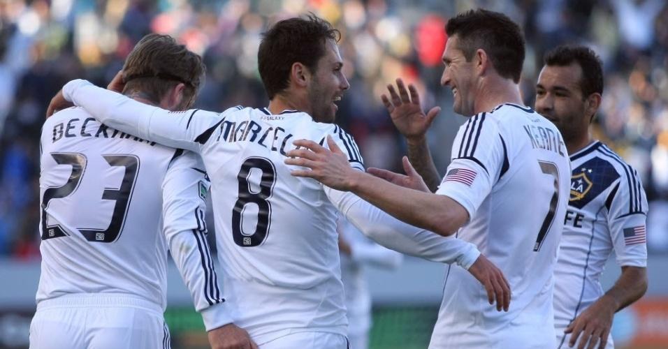 Brasileiro Marcelo Sarvas é abraçado por David Beckham em comemoração de gol do LA Galaxy