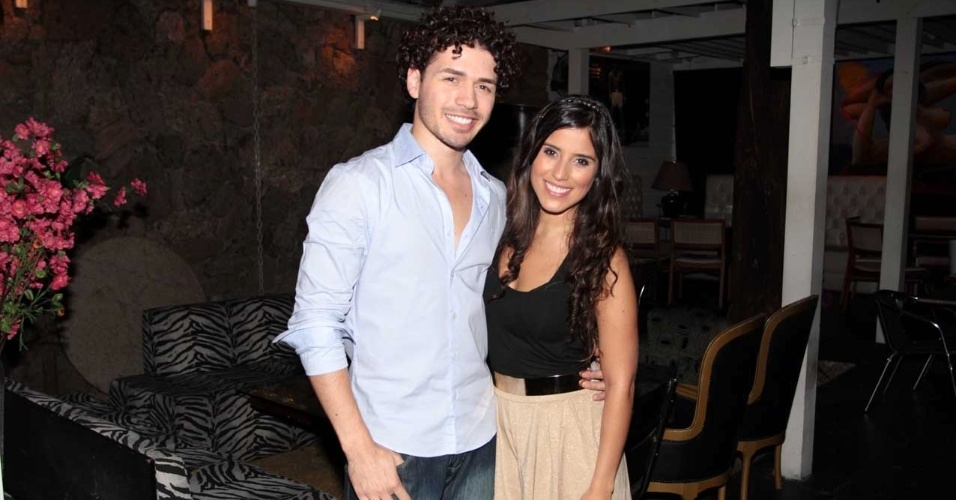 Camilla Camargo, filha de Zezé Di Camargo, vai ao lançamento do vídeo clipe do cantor e ator Fernando Cursino, na casa noturna Ringue Lounge, em São Paulo (19/9/12)