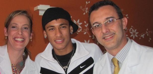 Dr. Herbert Kramer (d) com sua mulher, ao lado de Neymar no Hospital São Luiz