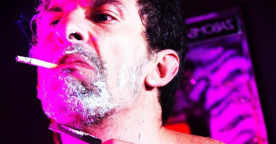 Em ensaio fotográfico para o blog Radar-X, o ator Milhem Cortaz interpreta um homem fugindo de sua rotina para viver sua identidade secreta como um