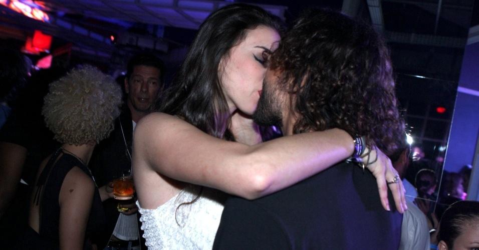 Gabriel O Pensador beija morena durante a festa do 19º Prêmio Multishow (18/9/12)