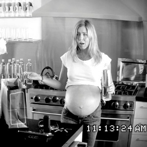 Jennifer Aniston com falsa barriga de grávida