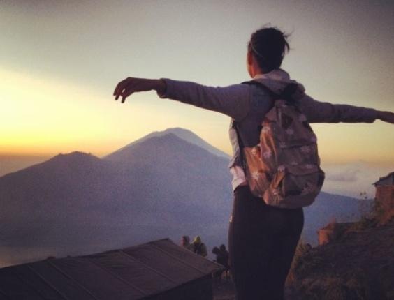 Katy Perry sobre no topo de um vulcão e posa com os braços abertos (19/9/12)