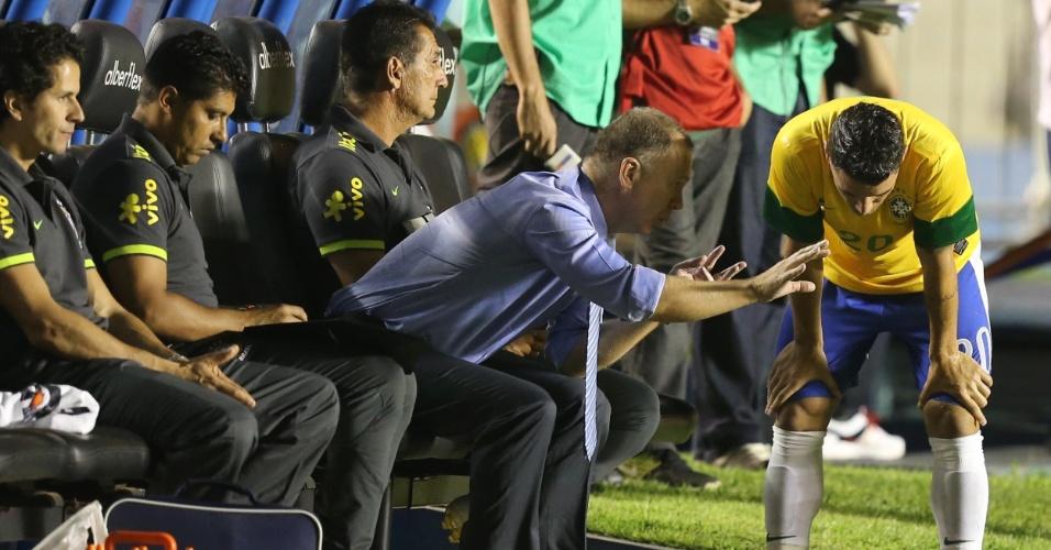 Mano Menezes dá instruções ao meia Thiago Neves durante o Superclássico das Américas (19/09/2012)