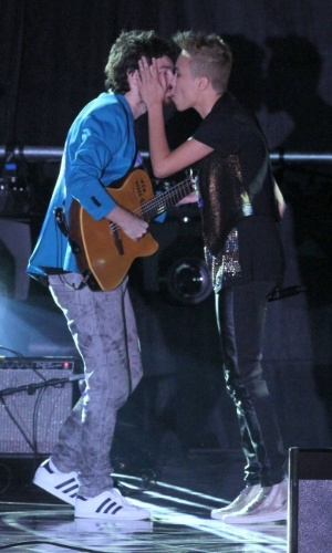 Maria Gadú beija o músico Dani Black no palco do 19º Prêmio Multishow (18/9/12)