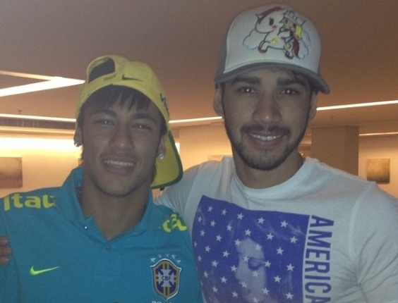 O jogador Neymar postou no Instagram uma imagem junto de seu amigo Gusttavo Lima, que foi visit&#225;-lo no hotel onde est&#225; hospedada a sele&#231;&#227;o brasileira em Goi&#226;nia. O cantor recentemente perdeu a irm&#227;, Luciana Lima, que morreu dormindo domingo (16) em sua casa tamb&#233;m em Goi&#226;nia. A causa da morte est&#225; sendo investigada pelo Instituto M&#233;dico Legal(18/9/12)