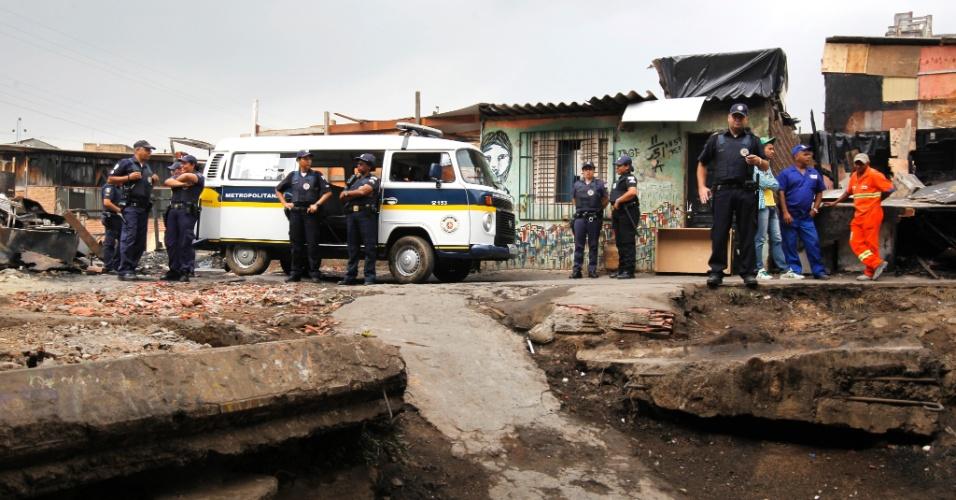 20.set.2012 - A prefeitura colocou vários homens da GCM (Guarda Civil Metropolitana) para impedir que os moradores construam novamente os barracos
