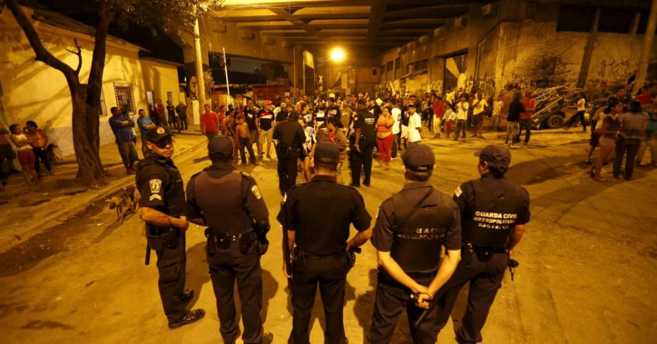 20.set.2012 - Moradores da favela do Moinho e Guarda Civil Metropolitana entram em confronto. Segundo moradores, a confusão se deu apos GCM tentarem impedir a reconstrução de barracos