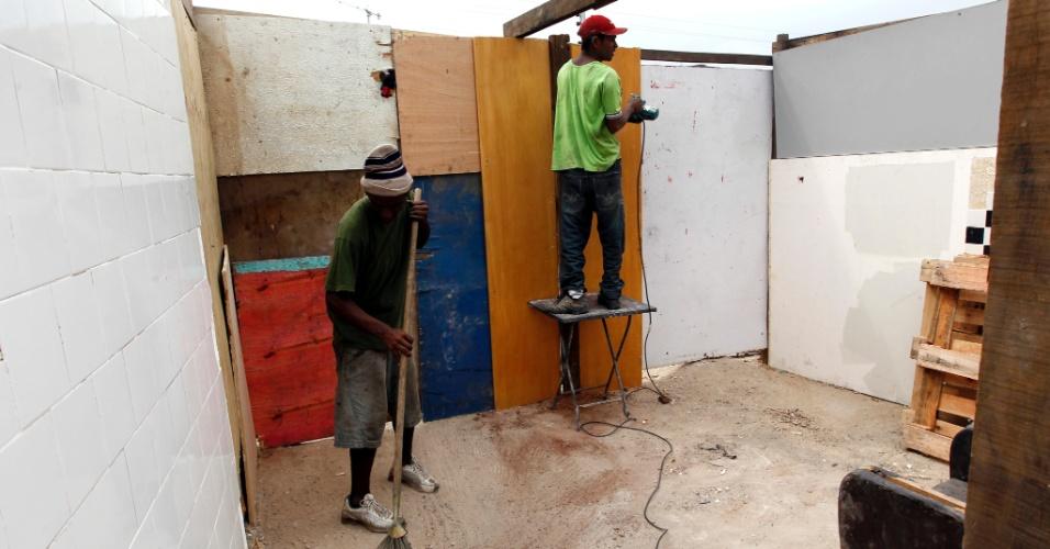 20.set.2012 - Moradores reconstroem barraco, apesar do esforço da prefeitura em impedir as reconstruções