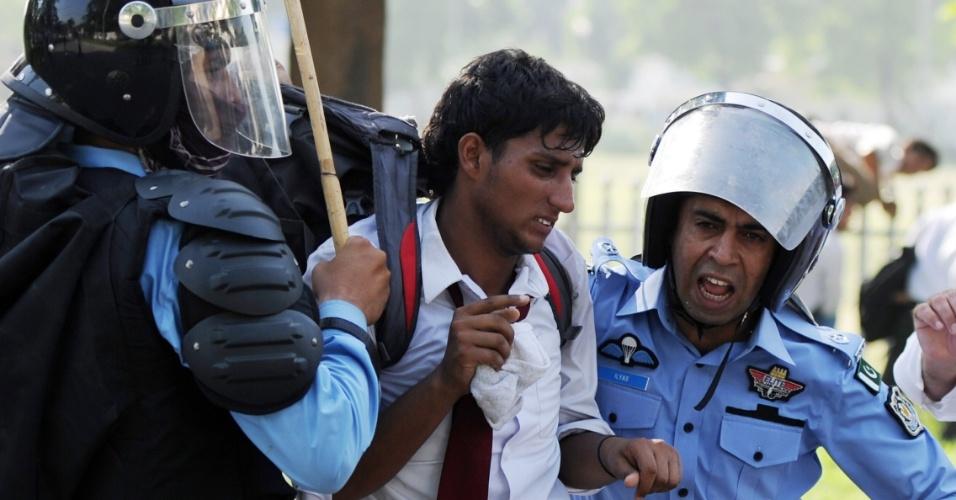 20.set.2012 - Policiais prendem manifestante durante tentativa de ataque à embaixada dos Estados Unidos no Paquistão