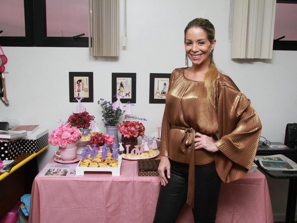 A atriz Danielle Winitz compareceu a um evento de seu brechó
