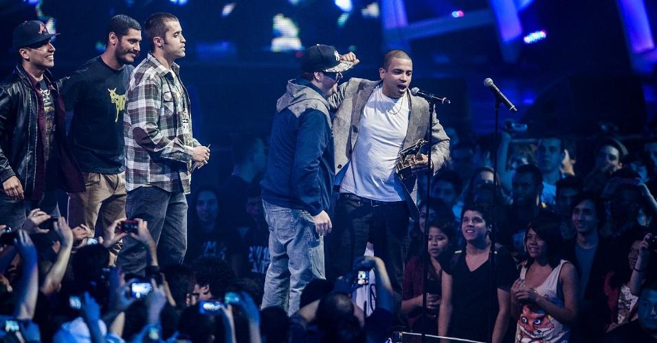 A banda Projota sobe ao palco do VMB 2012 para receber o prêmio Revelação das mãos do rapper Criolo (20/9/12)