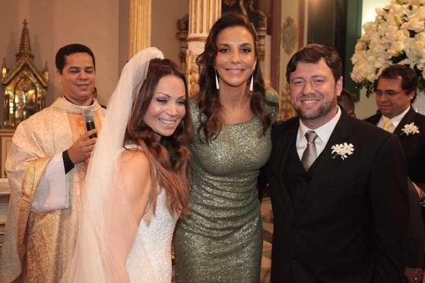 A cantora Ivete Sangalo como madrinha do casamento de Solange Almeida, do grupo 