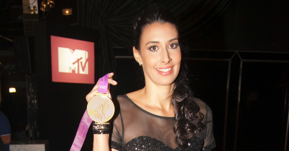 A jogadora de vôlei, Sheila, chega para o VMB 2012 exibindo a medalha de ouro conquistada com a seleção nos jogos de Londres este ano (20/9/12)