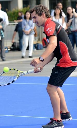 Alemão Timo Glock, da Marussia, joga tênis antes dos treinos para o GP de Cingapura