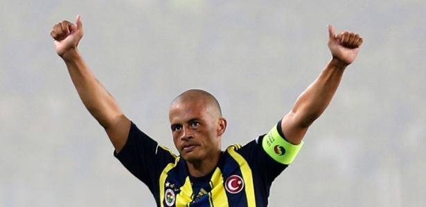 Alex rescindiu recentemente o contrato com o Fenerbahce e retorno ao Brasil no sábado