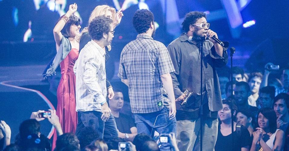 """BNegão sobe ao palco do VMB 2012 para receber o prêmio de melhor disco pelo álbum """"Sintoniza Lá"""" (20/9/12)"""