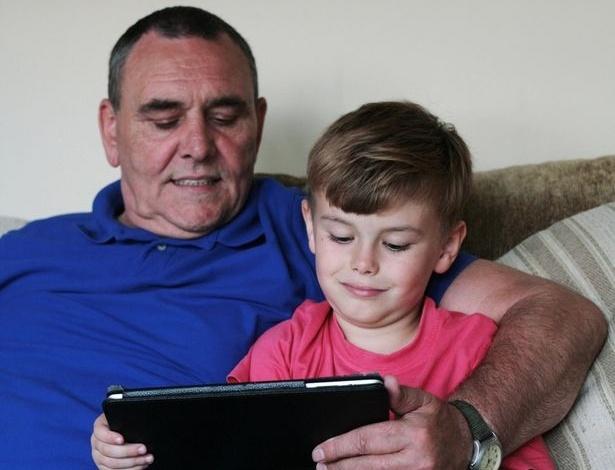 Barry Smith (esq.) e Will Smith, neto de Barry; garoto britânico gastou quase R$ 7 mil em jogos na loja de aplicativos da Apple