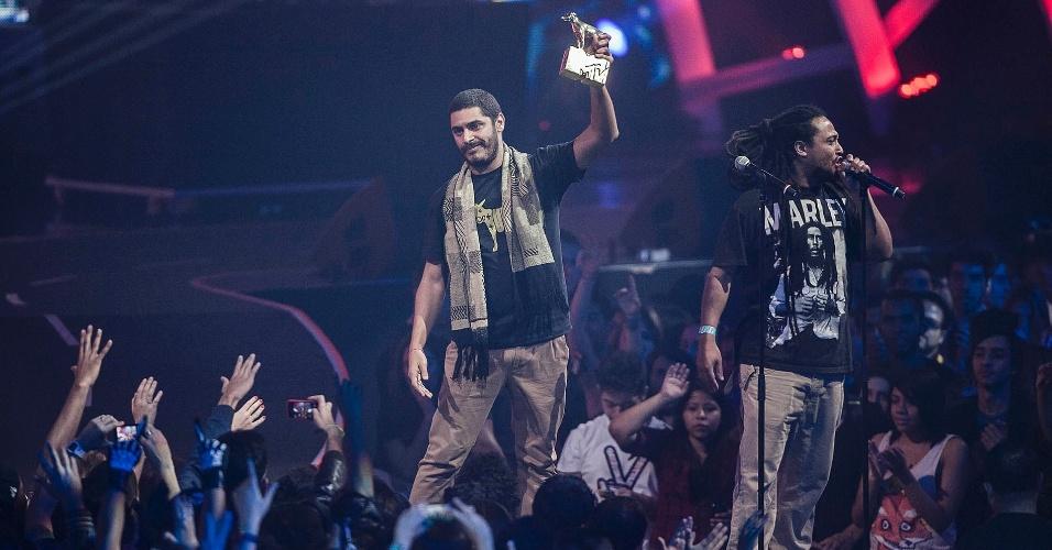 Criolo comemora o prêmio de melhor artista masculino no palco do VMB 2012 (20/9/12)