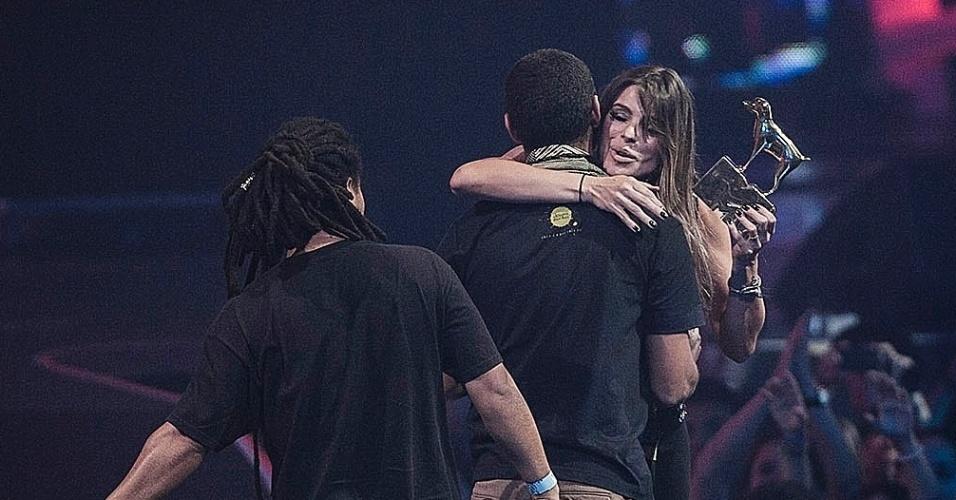 Criolo recebe o prêmio de melhor artista masculino das mãos de Daniela Cicarelli no palco do VMB 2012 (20/9/12)