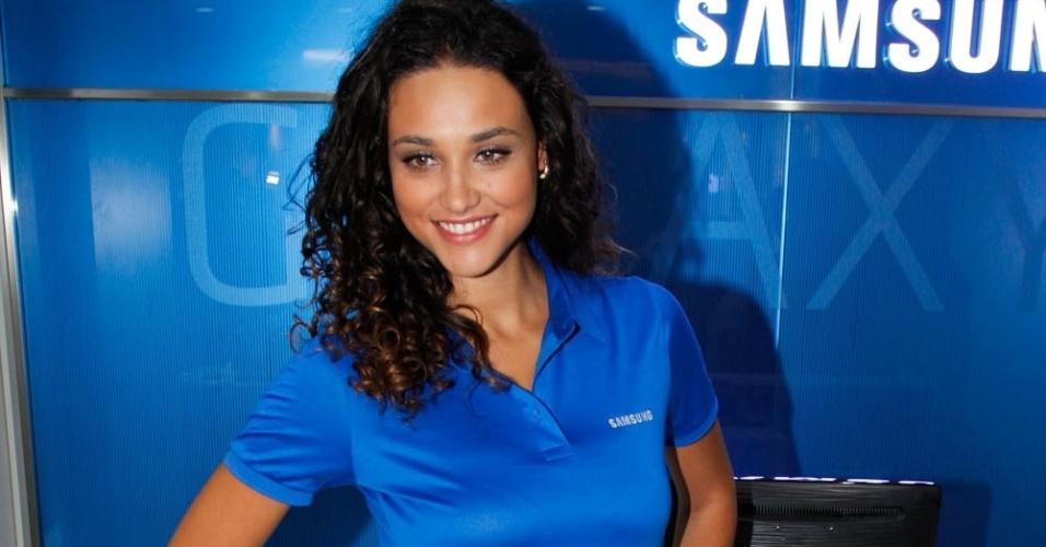 Debora Nascimento na inauguração de loja de eletrônicos no Shopping Villa Lobos, em SP (20/09/2012)