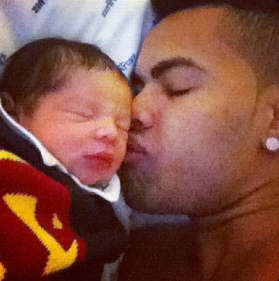 Dentinho publica foto em seu Twitter do primeiro dia de seu filho Bruno Lucas com a Mulher Samambaia e escreve