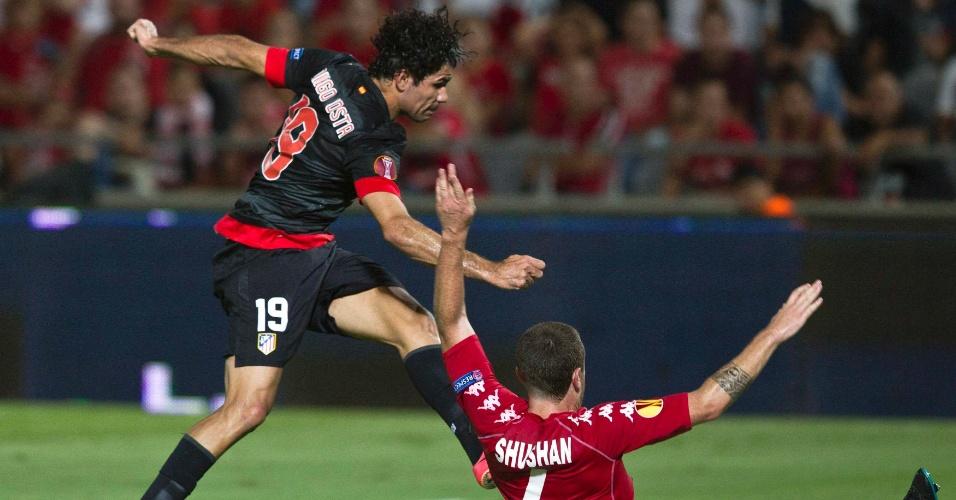20.set.2012 - Diego Costa chuta para marcar o primeiro gol do Atlético de Madrid, atual campeão da Liga Europa, contra o Hapoel Tel Aviv