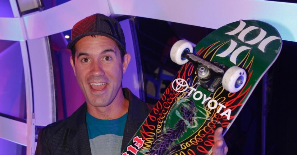 Escalado para apresentar um dos prêmios do VMB 2012, o skatista Bob Burnquist posa nos bastidores da premiação (20/9/12)