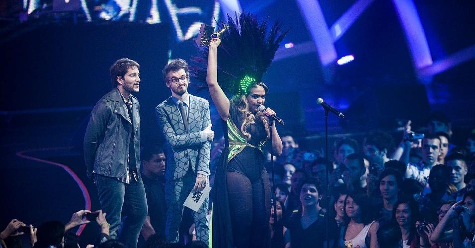 """Gaby Amarantos discursa após receber o prêmio por melhor capa de disco pelo álbum """"Treme"""" (20/9/12)"""
