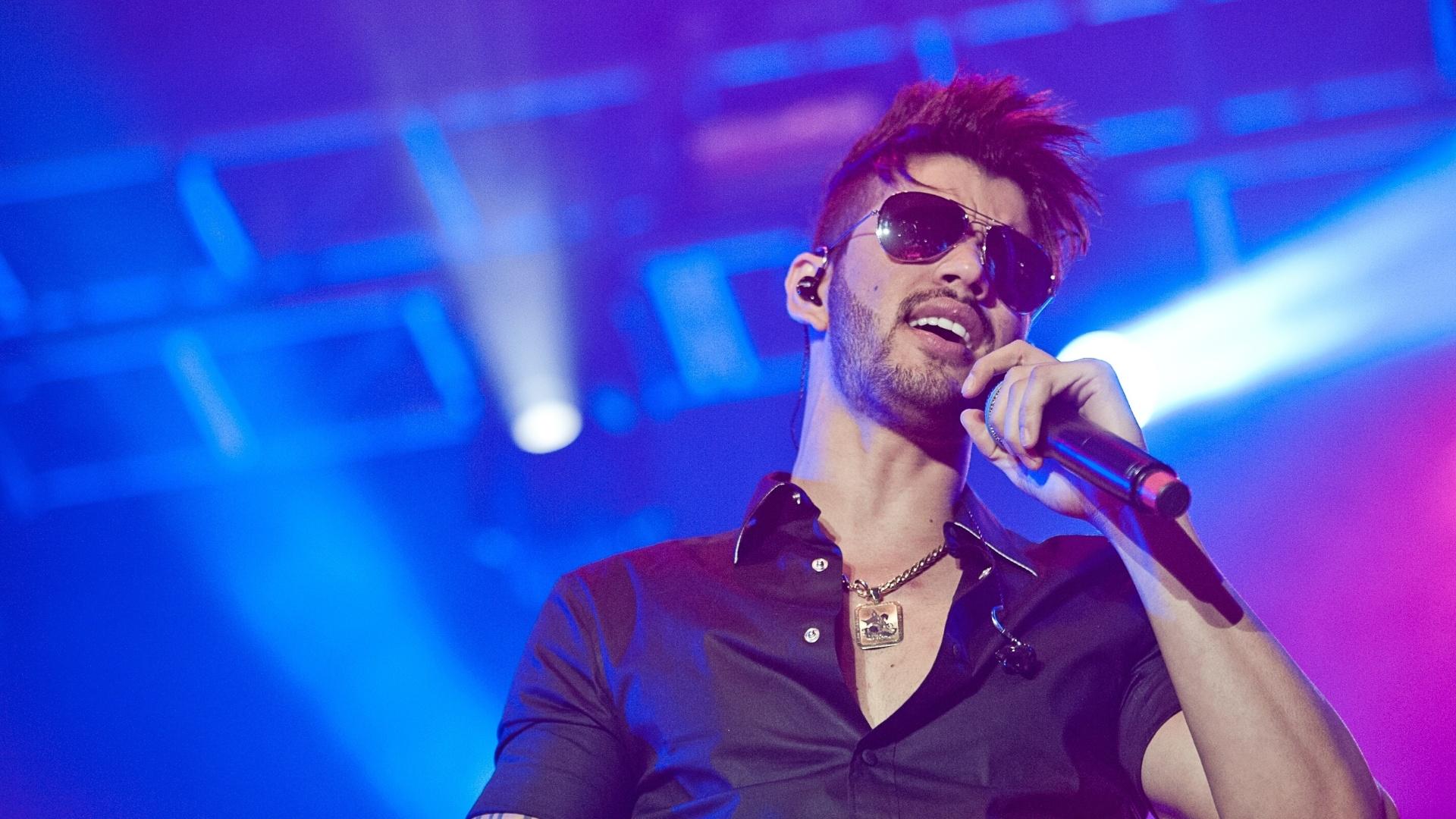 Gusttavo Lima precisou ser amparado pelos integrantes da banda por se emocionar durante show, o primeiro após a morte da irmã Luciana Lima