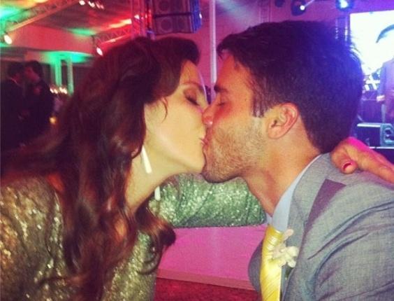 Ivete Sangalo beija o marido, Daniel Cady, em foto tirada pela cantora Alinne Rosa (19/9/12)