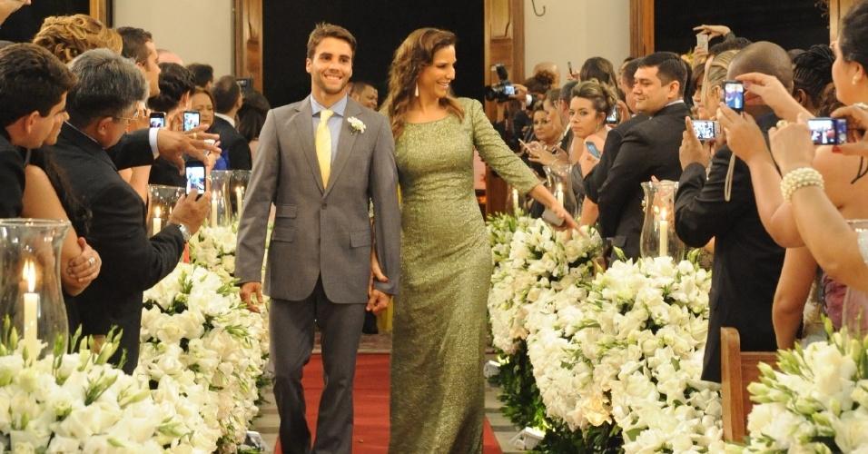 """Ivete Sangalo entra na igreja com o marido Daniel Cady no casamento de Solange Almeida, do grupo """"Aviões do Forró"""", com o empresário baiano Wagner Miau (19/9/12)"""