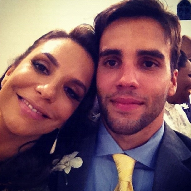 Ivete Sangalo posa junto com o marido, Daniel Cady, no casamento de Solange Almeida (19/9/12)