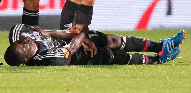 Dabo, zagueiro do Lyon, sofre convulsões no gramado e espera atendimento