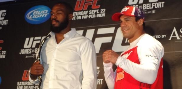 Jon Jones encara um sorridente Vitor Belfort após a coletiva do UFC 152