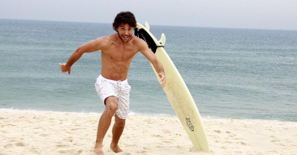 Kayky Brito fez um ensaio fotográfico em uma praia do Rio (20/9/12). Longe da televisão, o ator embarca em outubro para os Estados Unidos. Ele vai aproveitar a viagem para estudar atuação