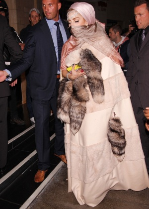 Lady Gaga veste roupa polêmica durante a Fashion Week de Londres (16/9/12)