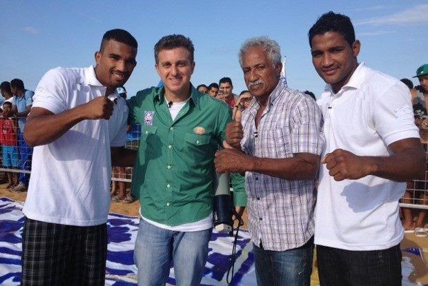 Luciano Huck com Esquiva Falcão (e), Touro Moreno e Yamaguchi Falcão