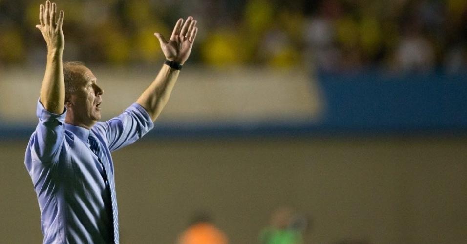 Mano Menezes reclama à beira do gramado do Serra Dourada em partida da seleção brasileira contra a Argentina (19/09/2012)