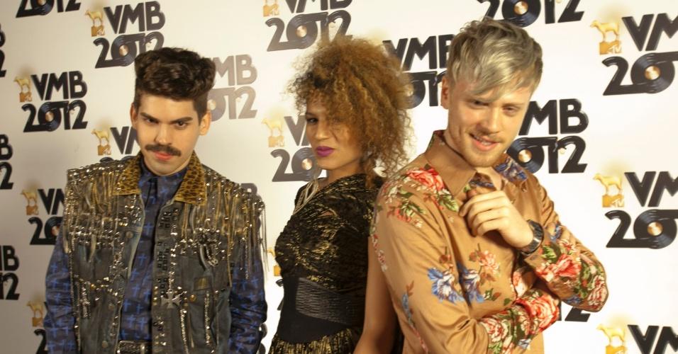 Mateus Carrilho, Mel Gonçalves e  Davi Sabbag, integrantes da Banda Uó, chegam ao VMB 2012, em São Paulo (20/9/12)
