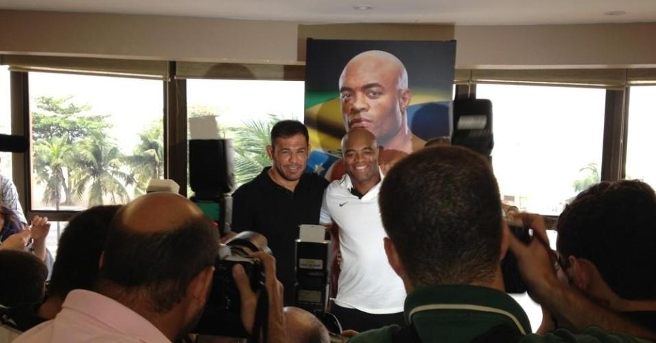 Minotauro e Anderson Silva posam juntos antes do UFC Rio 3